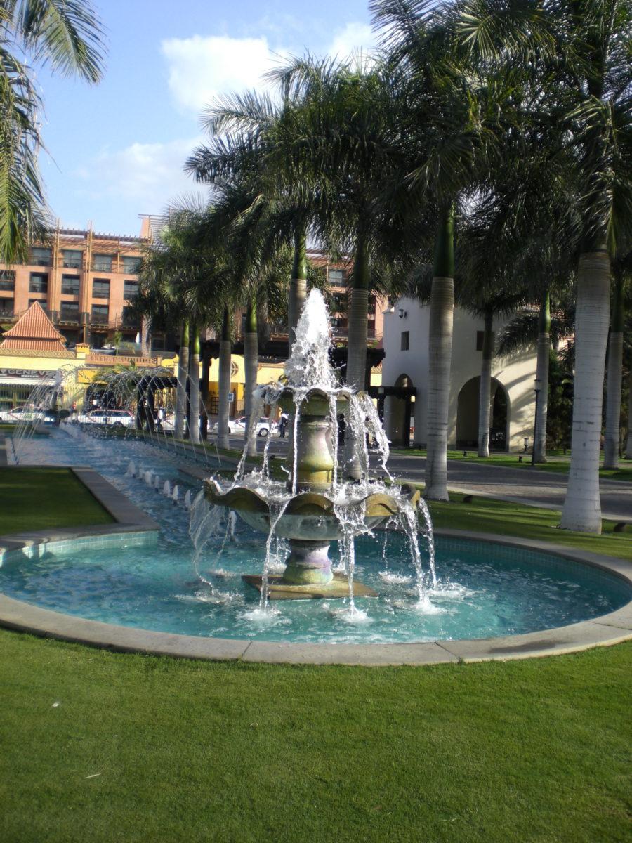 Der Springbrunnen sprudelt vor der Hotelanlage Lopesan Costa Meloneras