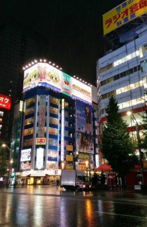 Leuchtreklame an einem Otakukaufhaus in Akihabara in Tokio