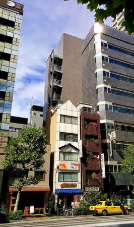 Alte Häuser neben Hochhäusern in Nihombashi in Tokio