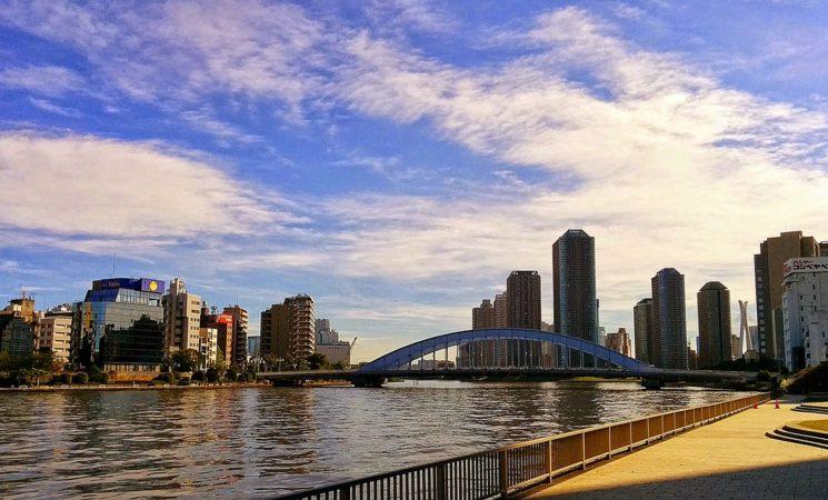 Uferpromenade mit Blick auf Wolkenkratzer in Nihombashi in Tokio
