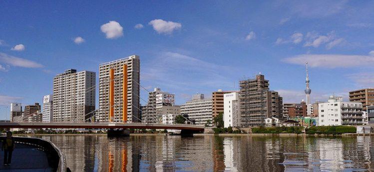Uferpromenade mit Tokyo Skytree in Nihombashi in Tokio