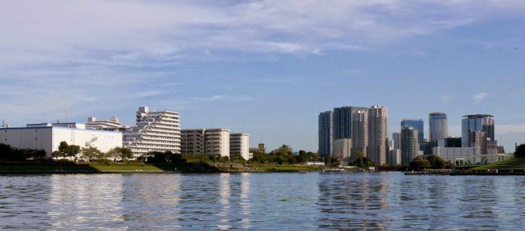 Blick von der Uferpromenade in Nihombashi auf einen neuen Wohnkomplex mit Hochhäusern in Tokio