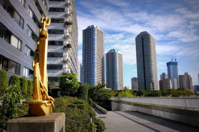 Anker und Hochäuser an der Uferpromenade in Nihombashi in Tokio