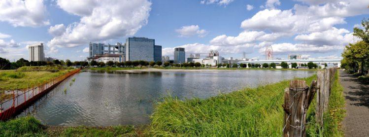 Panorama von Odaiba in Tokio mit Fuji TV Hauptquartier und Riesenrad
