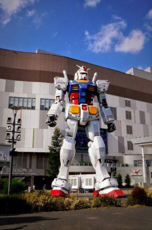 Gundam Figur vor Einkaufszentrum DiverCity Tokyo Plaza in Odaiba in Tokio