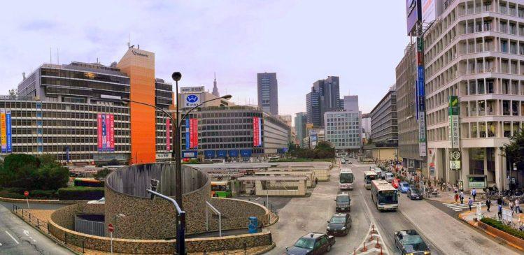 Busbahnhof vor dem Bahnhof von Shinjuku in Tokio