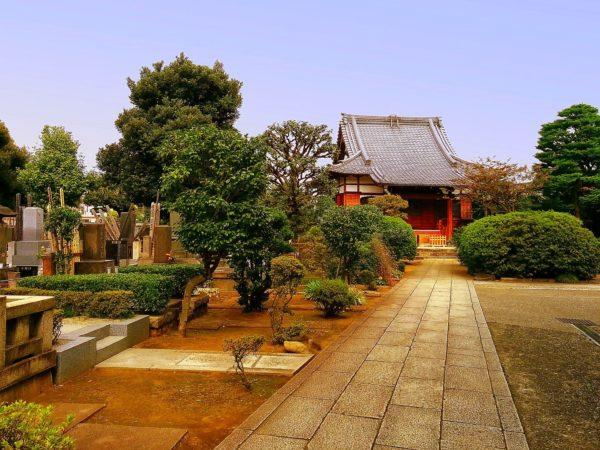 Kleiner Tempel mit Friedhof in Ueno in Tokio