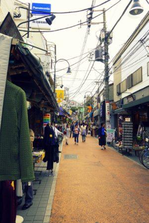 Einkaufsstraße in der Tokyoter Unterstadt im Gebiet der Yanesen in Tokio