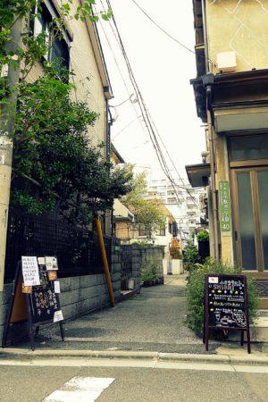 Enge ruhige Straße, fernab der großen EInkaufsstraßen in Ueno in Tokio