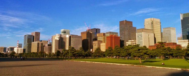 Blick auf die Skyline von Tokio in Marunouchi vom Park des Kaiserpalastes
