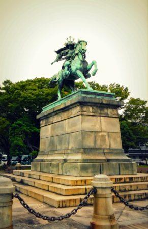 Denkmal eines Samurai in der Parkanlage in Marunouchi in Tokio