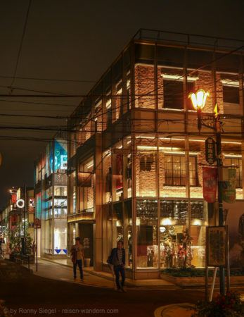 Cat Street bei Nacht in Shibuya in Tokio