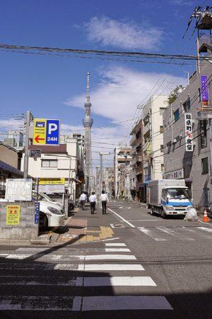 Straße in Sumida mit Blick auf den Tokyo Skytree