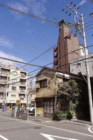 Altes Haus in den Straßen von Sumida in Tokio