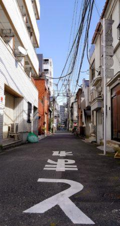 Straßenbeschriftung in einer engen Straße in Sumida in Tokio