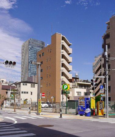 Parkplatz mit Getränkeautomaten im Stadtteil Sumida in Tokio