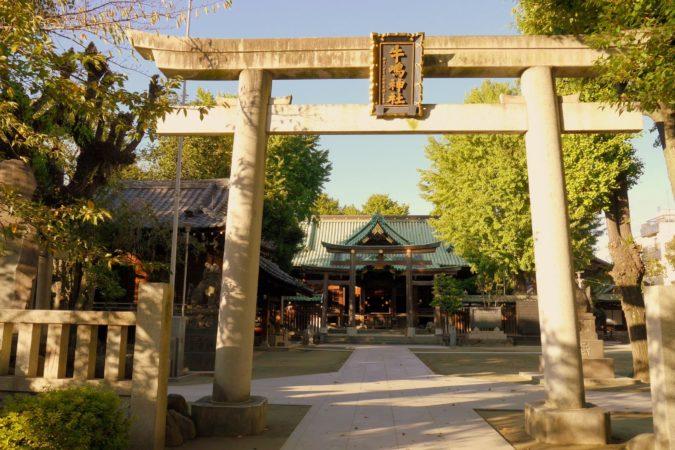 Kleiner Tempel im Sumida Park in Tokio