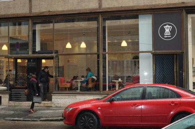 Café Zoska -Flair zwischen Bücherregalen