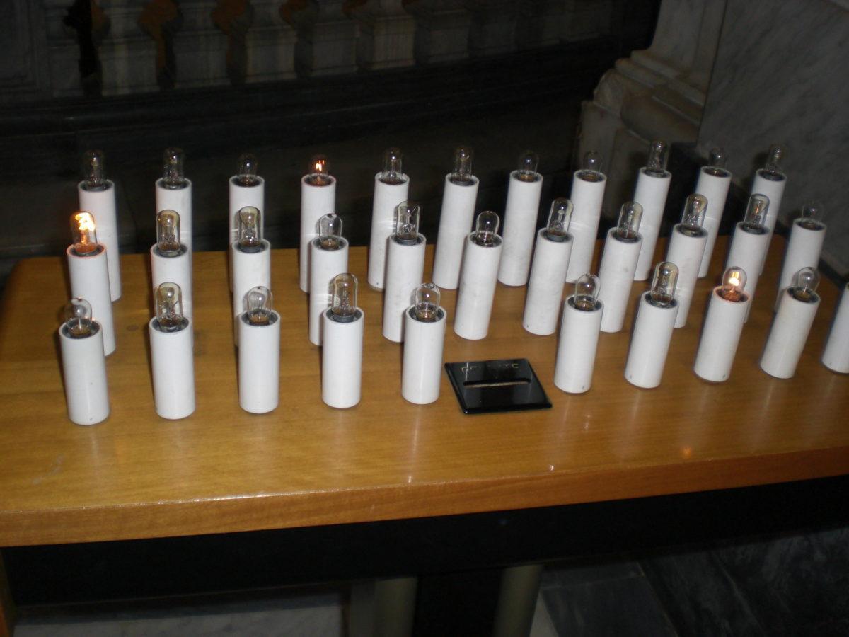 Geschäftstüchtig sind die Römer! In Kirchen gibt es elektrische Kerzen, die gegen Geldeinwurf aufflammen.