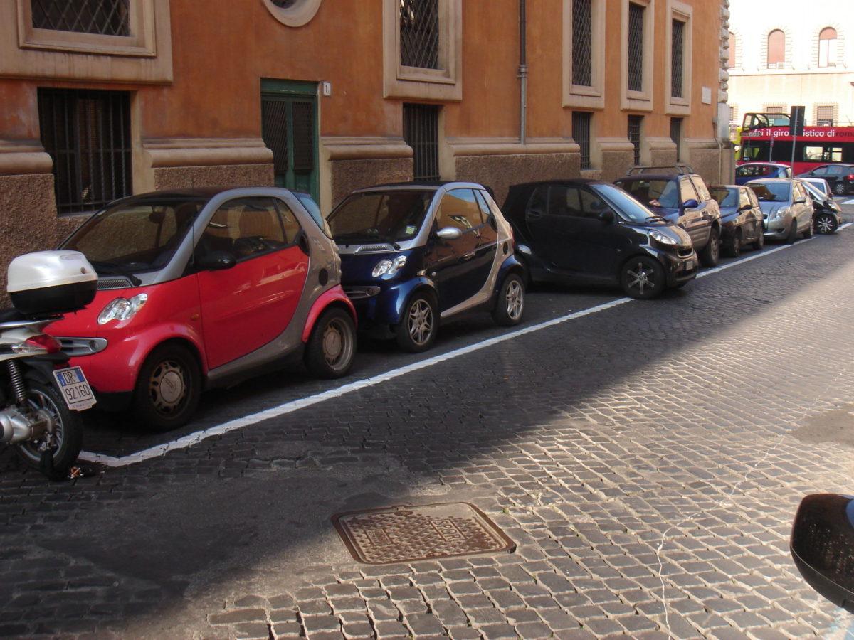 Römisches Parken. Smarts, aber vor allem Roller sind das Fortbewegungsmittel der Wahl!