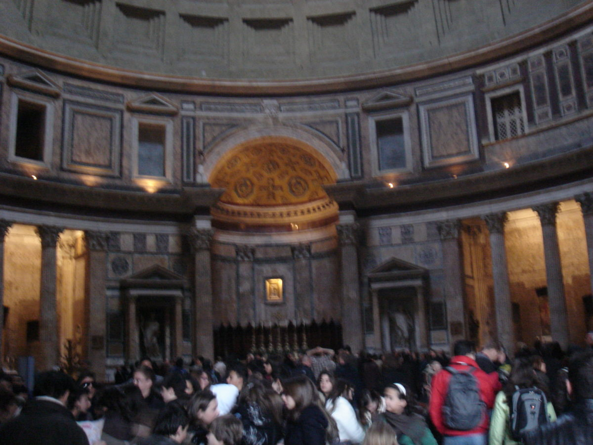 Im Pantheon in Rom. Überfüllt wie fast alles.