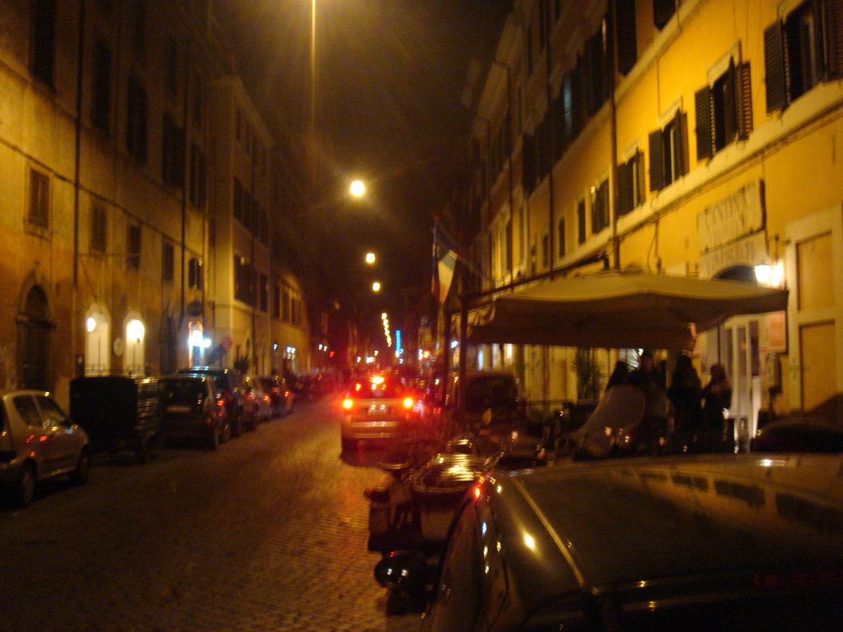 Das Studentenviertel bei Nacht...teuer und belebt.