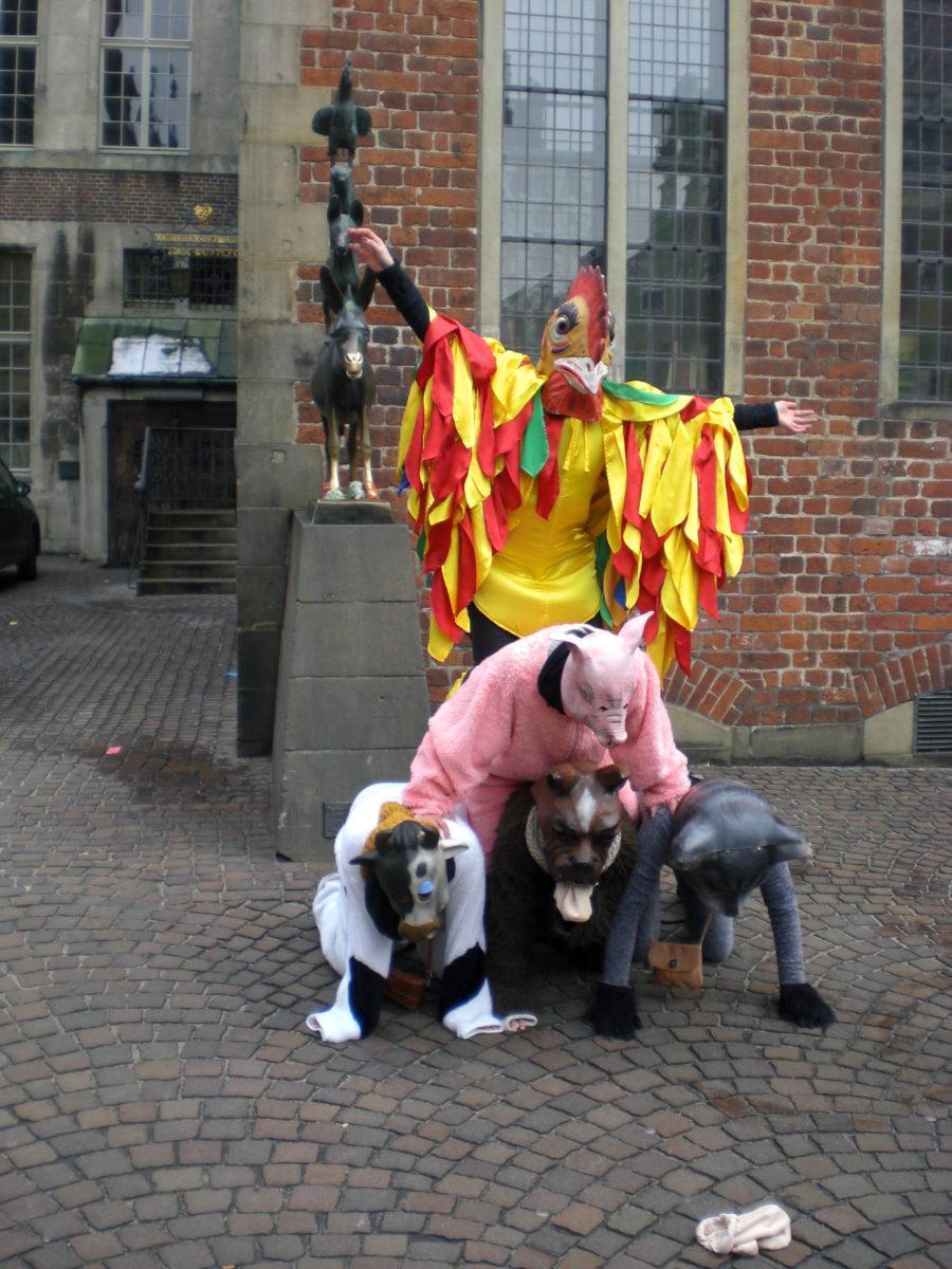 Bremen im März 2013, die Bremer Stadtmusikanten werden von ein paar Jecken in Kostümen nachgestellt. Es soll Glück bringen, wenn man die Hufe des Esels anfasst und sich etwas dabei wünscht.