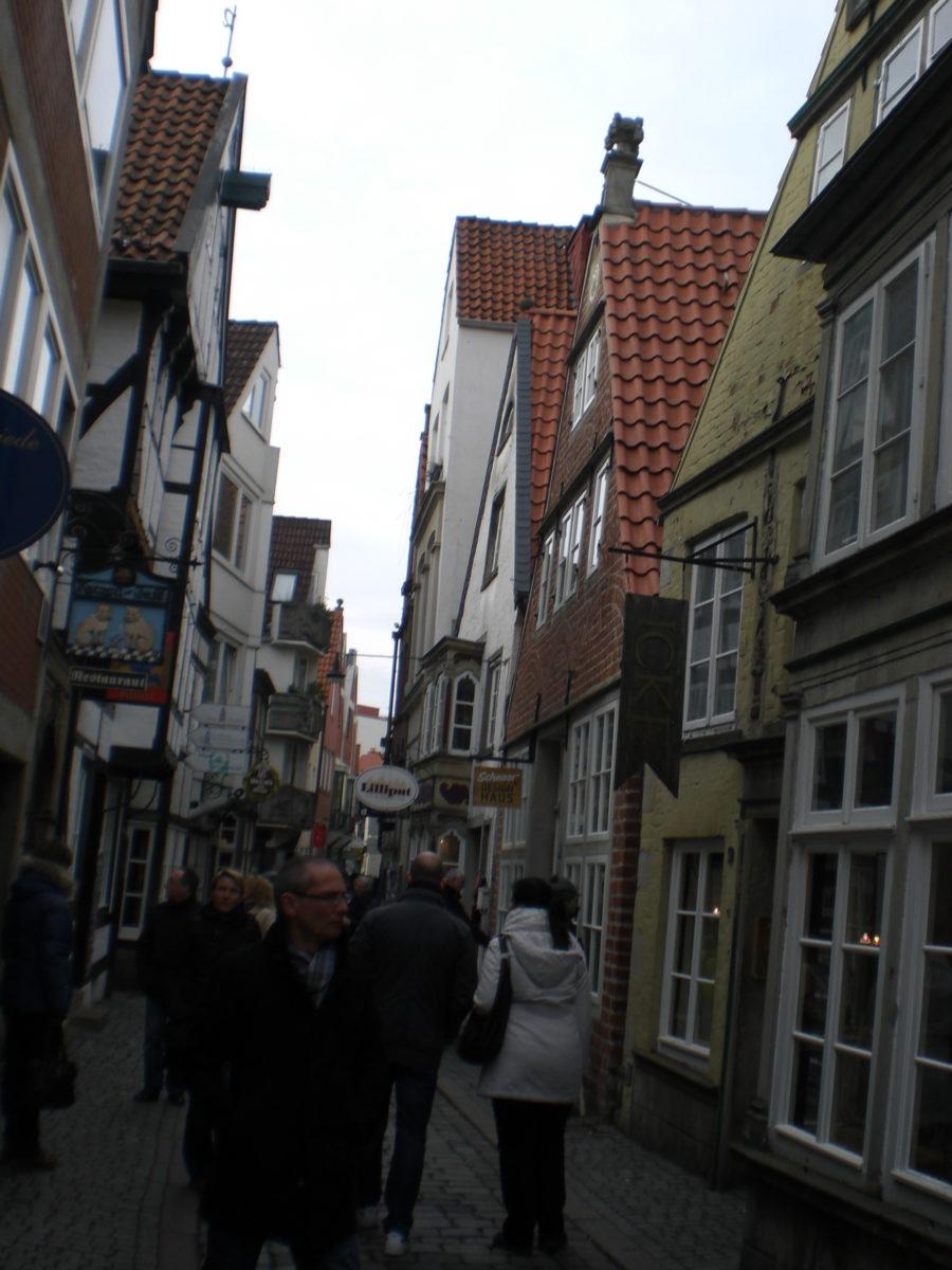 Kleine, verschachtelte alte Gassen in der Altstadt. Nennt sich das Schnoorviertel. Mit ganz putzigen Cafés.