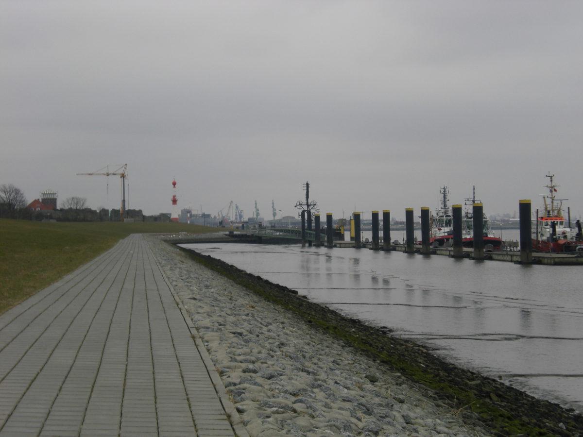 """Hinter dem Deich in der """"Innenstadt """" von Bremerhaven. Grau, grauer, am grauesten...aber dafür frische Luft"""