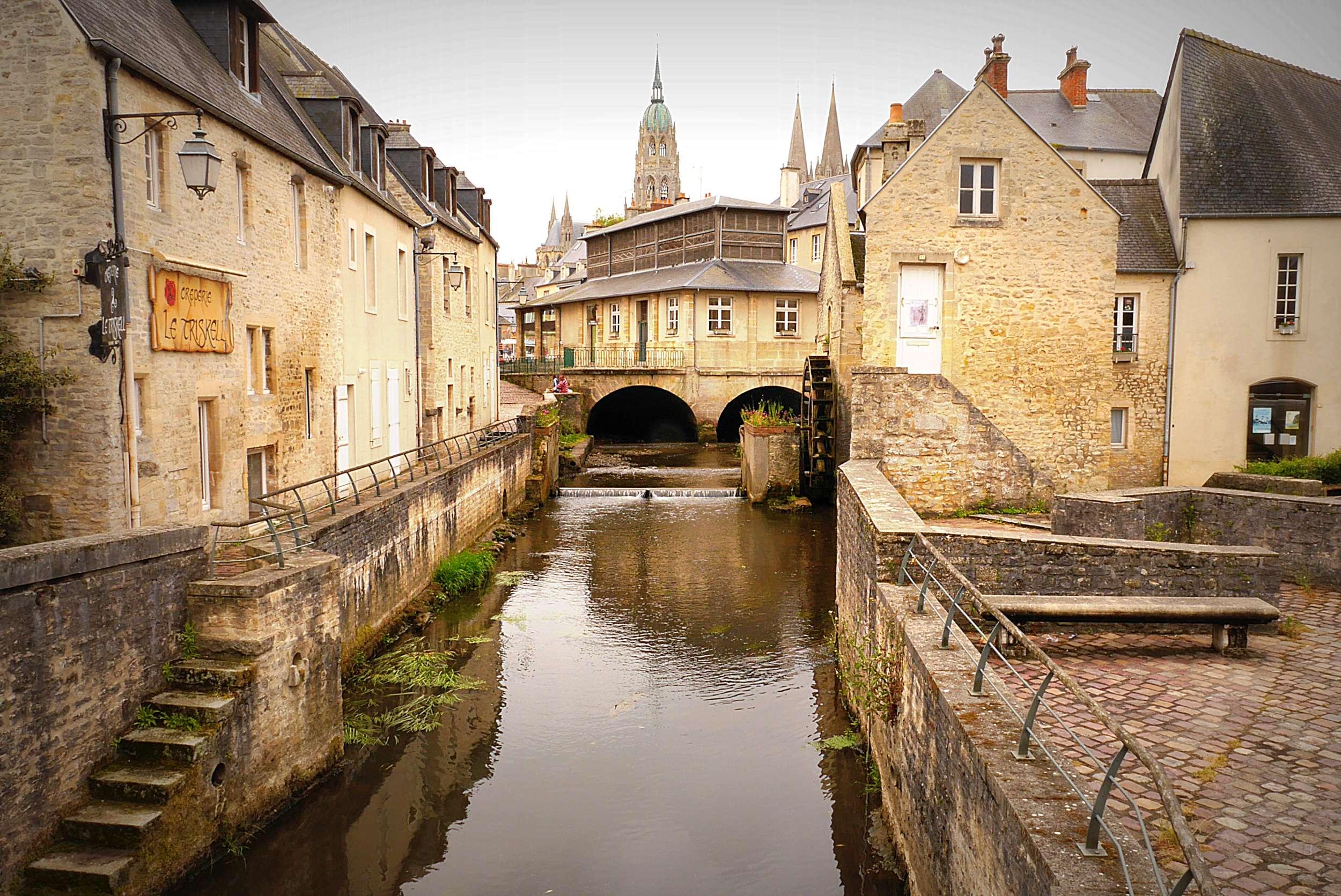 Fluss L'Aure in Bayeux mit Kathedrale