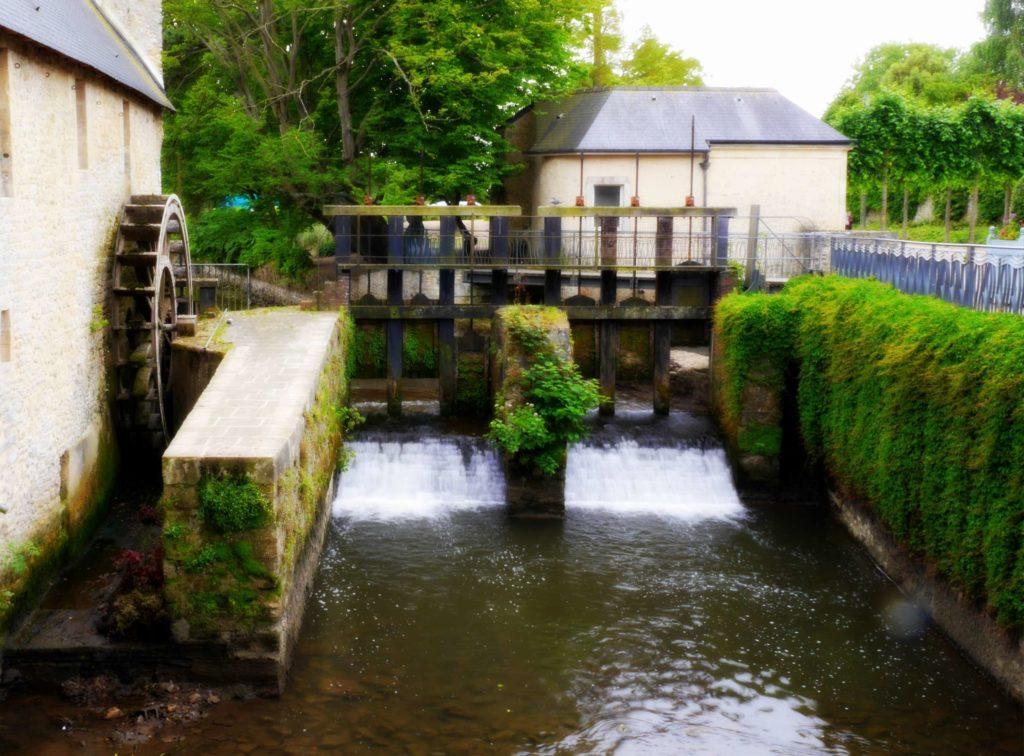 Foto: Altes Wasserrad am Fluss L'Aure in Bayeux