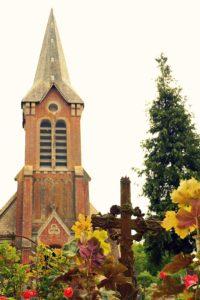 Kirche mit Kreuz in Beuvron-en-Auge in Frankreich