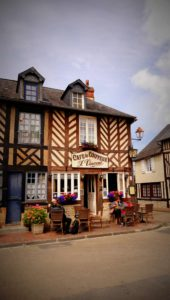 Kleines Cafe in Beuvron-en-Auge in Frankreich