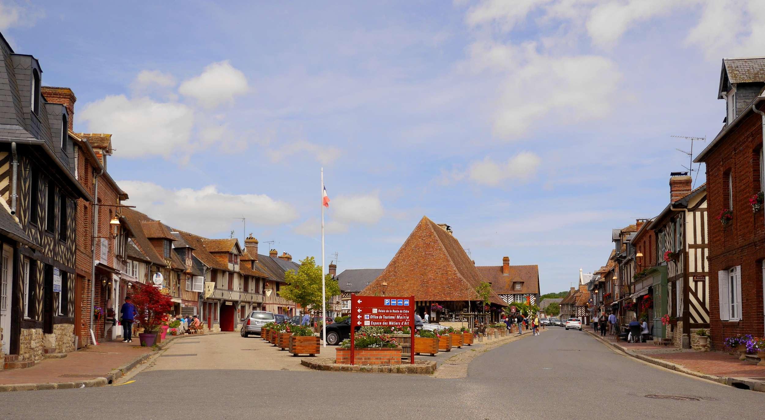 Foto: Panorama vom Platz am Anfang des Dorfs Beuvron-en-Auge in Frankreich