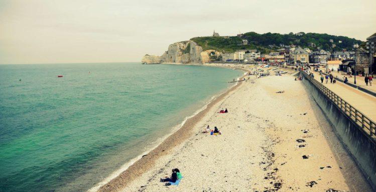Strand von Etretat mit Felsentor Falaise d'Amont