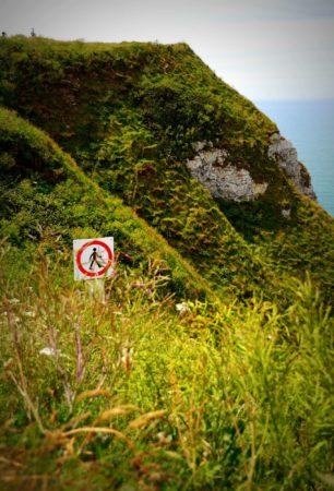 Verbotsschild an der Steilküste von Etretat