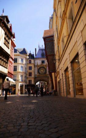Durchgang unter dem Uhrenturm Le Gros-Horloge in Rouen