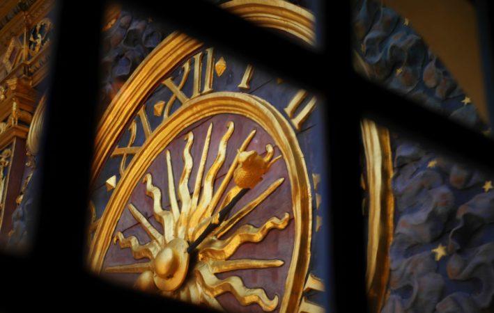 Zeiger der Uhr des Uhrenturm Le Gros-Horloge mit dem Wappentier von Rouen, einem Schaf
