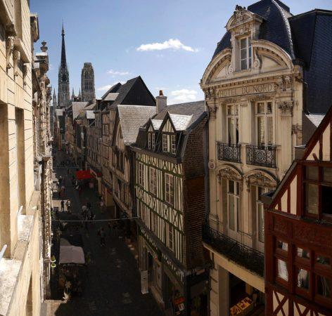 Blick vom Uhrenturm Le Gros-Horloge auf die Rue du Gros Horloge und die Kathedrale von Rouen
