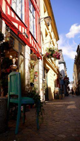Gasse in Rouen mit kleinen Geschäften