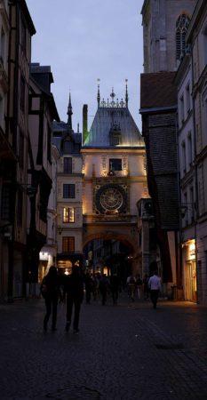 Uhrenturm Le Gros-Horloge von Rouen am Abend