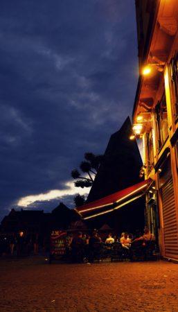 Pub am Platz Place du Vieux-Marché in Rouen bei Nacht