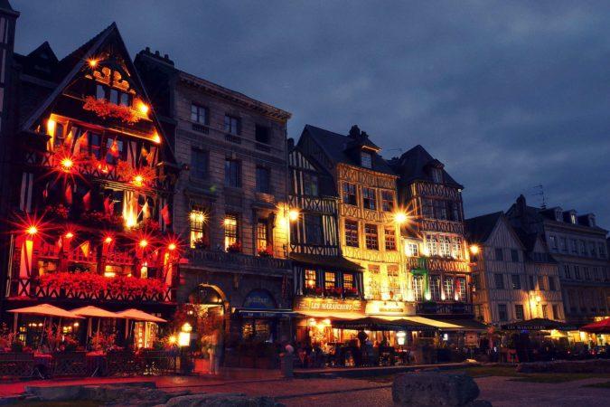 Platz Place du Vieux-Marché bei Nacht 01
