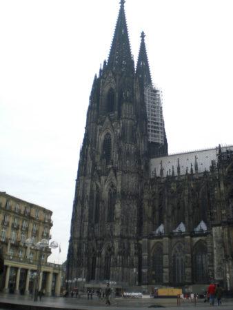 Der Kölner Dom von der Domplatte aus gesehen, an einem regnerischen Tag