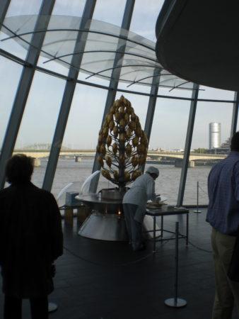 Der Schokoladenbrunnen im Schokoladenmuseum in Köln mit Blick auf den Rhein.
