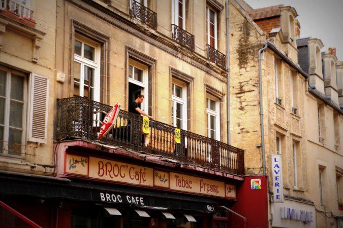 DJ auf Balkon in Caen