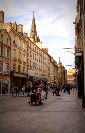 Fußgängerpassage mit Kirche in Caen