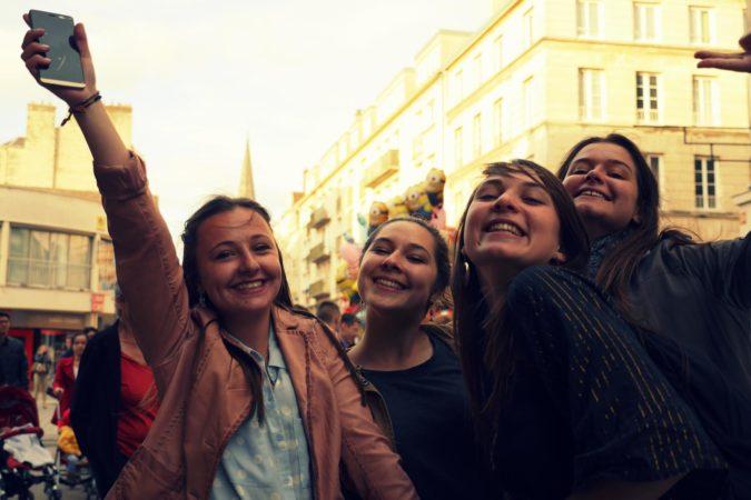 Feiernde Mädchen zur Sommersonnenwende in Caen