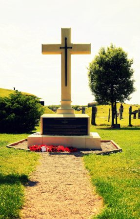 Gedenktafel bei der Artilleriebatterie von Merville