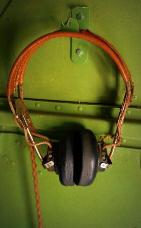 Funkkopfhörer aus dem 2. Weltkrieg in einer Douglas C-47